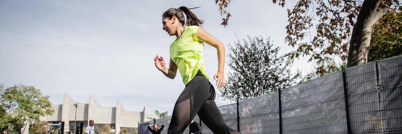 Frau joggt in sportlichen T-Shirt