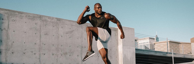 Training in kurzer Shorts für Herren