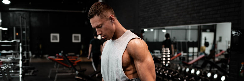Mann trainiert in bequemer Sportbekleidung
