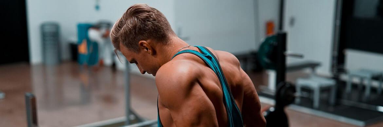 Training in einem Muskelshirt