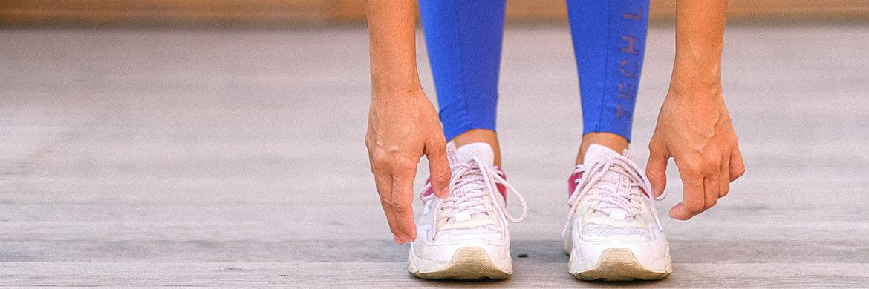 Frau streckt Beine beim Training