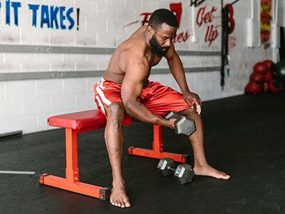 Mann trainiert auf einer Flachbank