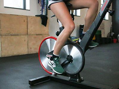 Frau trainiert am Indoor-Bike