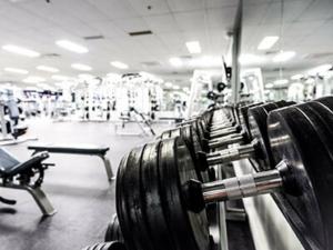 Kurzhantel Set im Fitnessstudio