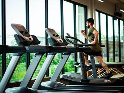 Mann trainiert auf dem Laufband