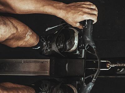 Mann trainiert an Rudermaschine