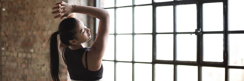 Frau streckt ihren Rücken beim Training