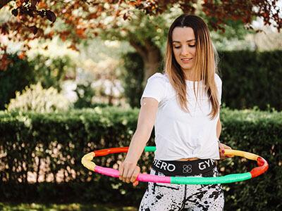 Frau mit Hula Hoop Fitness Reifen